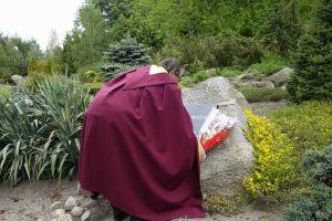 Jan Sylwestrzak składa kwiaty przed tablicą