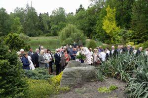 przyjaciele Lecha Pieczyńskiego podczas uroczystości odsłonięcia tablicy pamiątkowej dedykowanej Lechowi Pieczyńskiemu - Arboretum Przelewice - 2