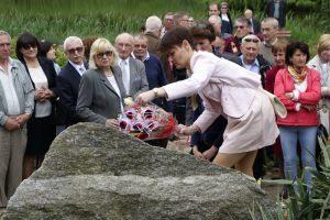 przyjaciele Lecha Pieczyńskiego podczas uroczystości odsłonięcia tablicy pamiątkowej dedykowanej Lechowi Pieczyńskiemu - Arboretum Przelewice - 3