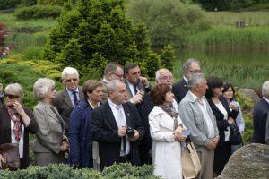 przyjaciele Lecha Pieczyńskiego podczas uroczystości odsłonięcia tablicy pamiątkowej dedykowanej Lechowi Pieczyńskiemu - Arboretum Przelewice - 5