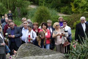 przyjaciele Lecha Pieczyńskiego podczas uroczystości odsłonięcia tablicy pamiątkowej dedykowanej Lechowi Pieczyńskiemu - Arboretum Przelewice - 6