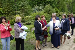 przyjaciele Lecha Pieczyńskiego podczas uroczystości odsłonięcia tablicy pamiątkowej dedykowanej Lechowi Pieczyńskiemu - Arboretum Przelewice