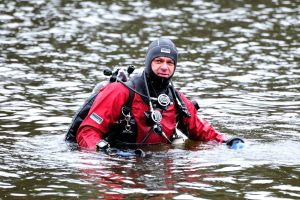 2. Jeden z nurków w trakcie poszukiwań podwodnych