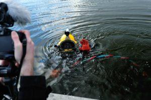 3. Norbert Daraż w trakcie poszukiwań podwodnych