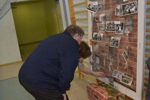mieszkańcy oglądają zgromadzone dokumenty i zdjęcia archiwalne (2)